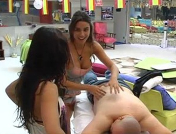 Laisa faz massagem em colegas de confinamento no 