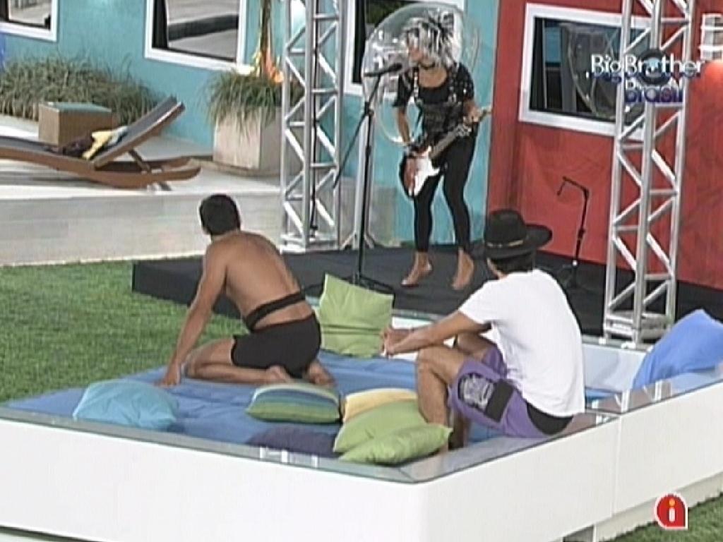 Yuri e Fael observam Fabiana cumprindo o castigo do monstro (10/3/12)