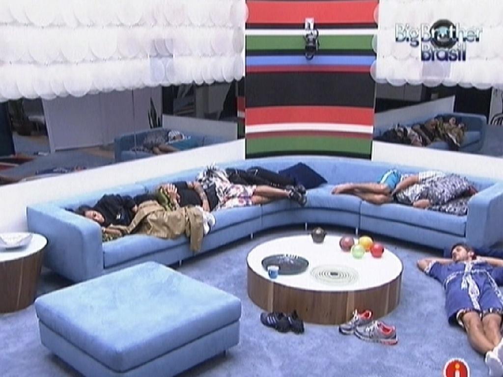 Brothers dormem na sala (11/3/12)