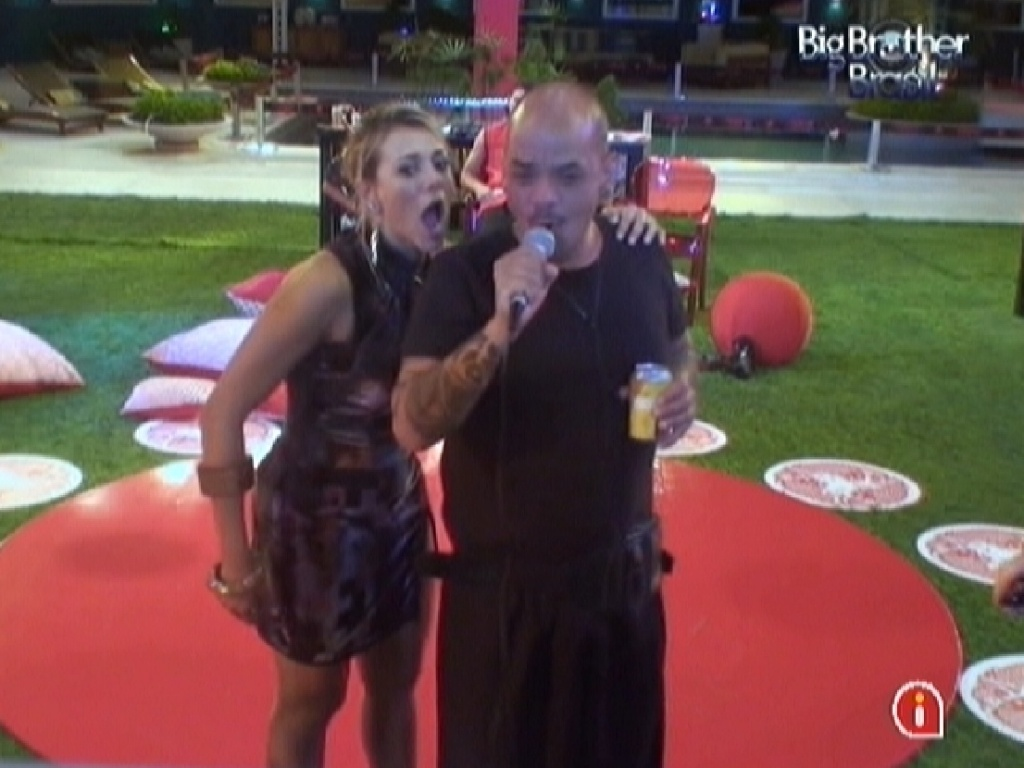 Fabiana e Joo Carvalho cantam no karaok (11/3/12)