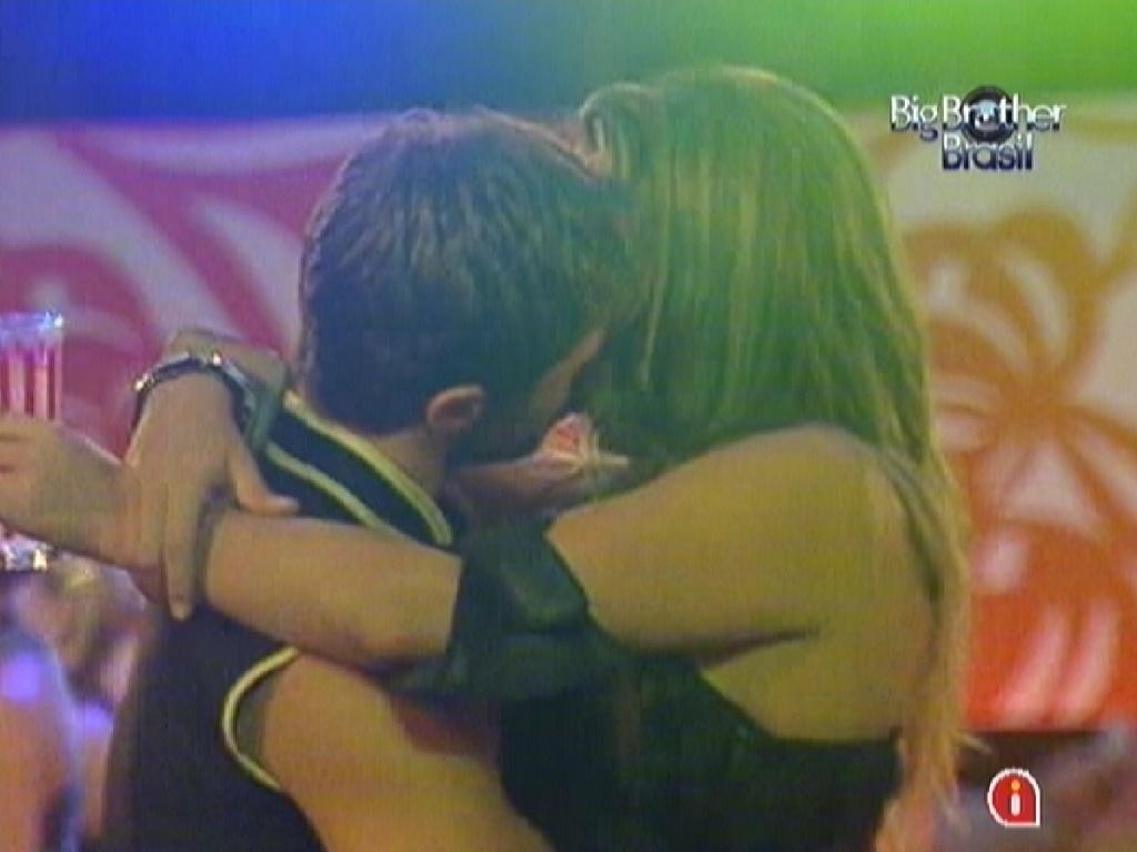 Jonas beija Monique durante festa (11/3/12)