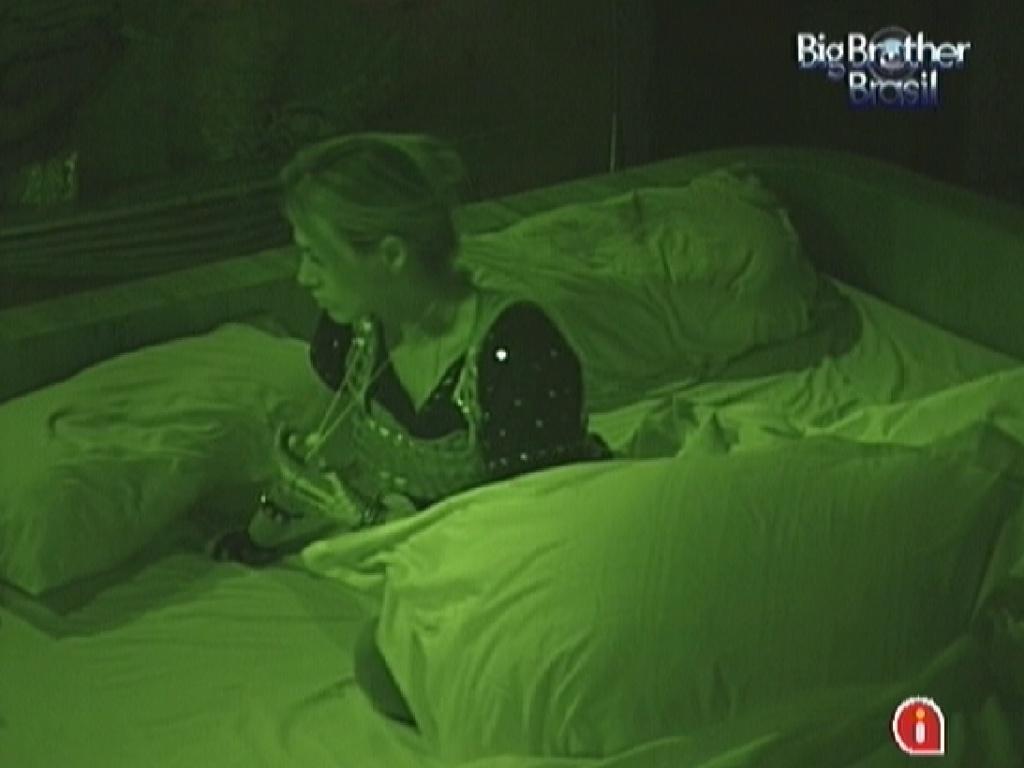Minutos depois dos brothes dormirem após a festa, Fabiana é acordada para pagar o castigo do monstro (11/3/12)