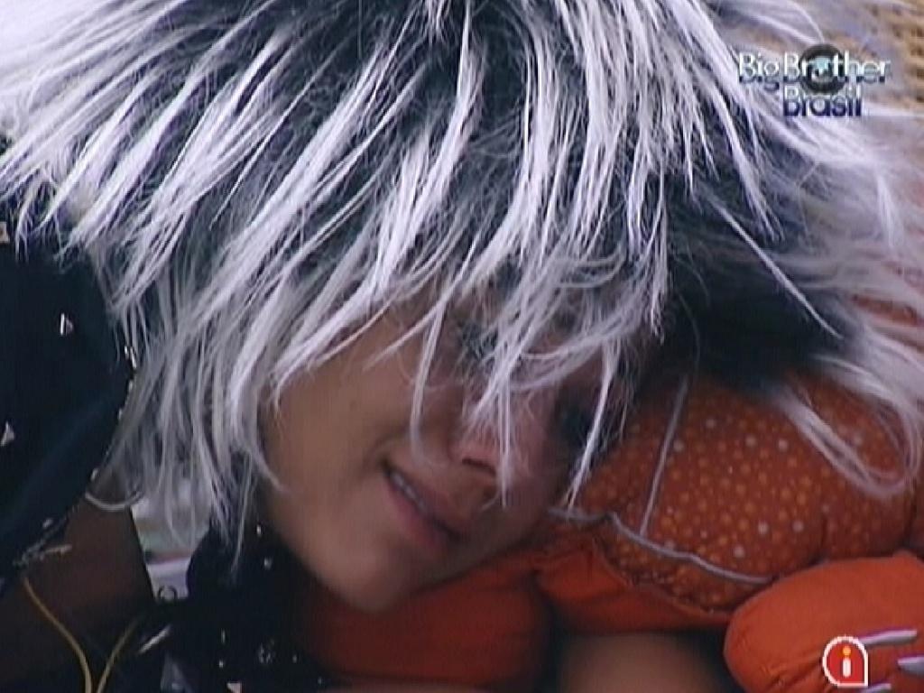 Sozinha no quarto Praia, Fabiana chora vendo foto da família (11/3/12)