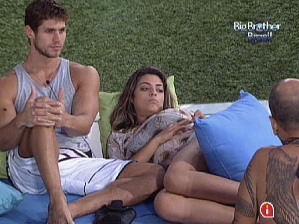 Após cochilo, Jonas e Monique conversam sobre paredão entre João Carvalho e Yuri (12/3/12)