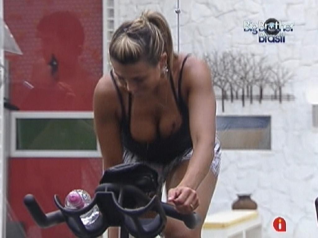 Fabiana faz exercícios na bicicleta na academia (12/3/12)