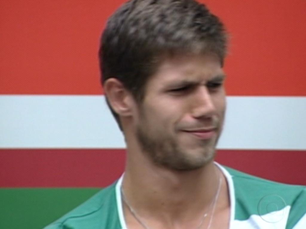 Jonas faz cara feia pois Fabiana disse, durante o jogo da verdade, que ele às vezes é grosseiro (12/3/12)