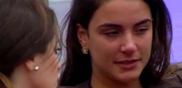 Laisa chora de saudades enquanto conversa com Sindia no