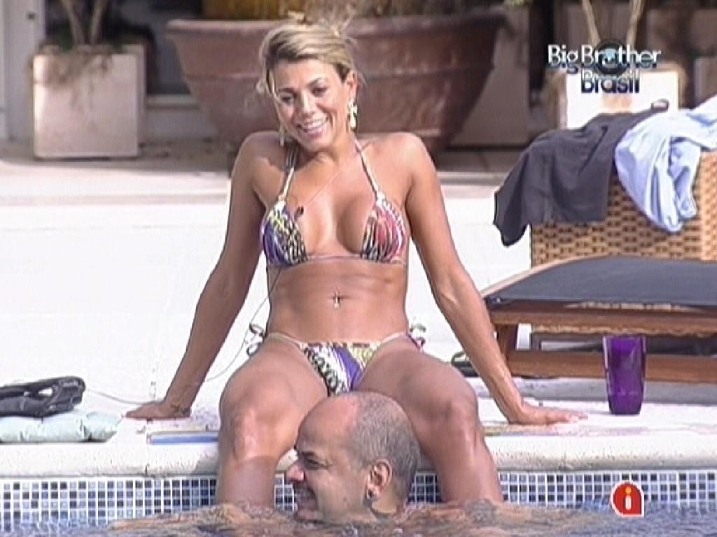 Fabiana canta na beira da piscina e é acompanhada por João Carvalho (13/3/12)