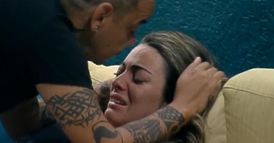 João Carvalho consola Monique que chora por paredão entre ele e Yuri (13/3/12)