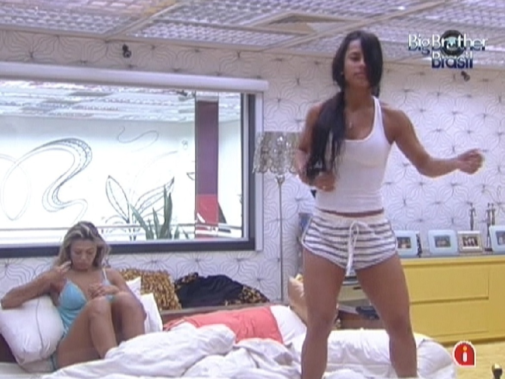 Fabiana e Kelly acordam no quarto do líder na manhã desta quarta-feira (14/3/12)