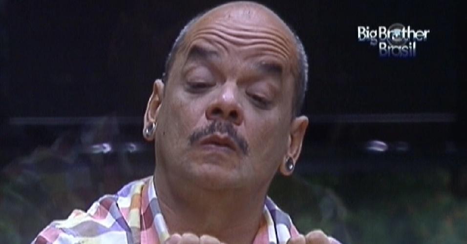 João Carvalho confere as unhas antes da festa desta quarta-feira (14/3/12)