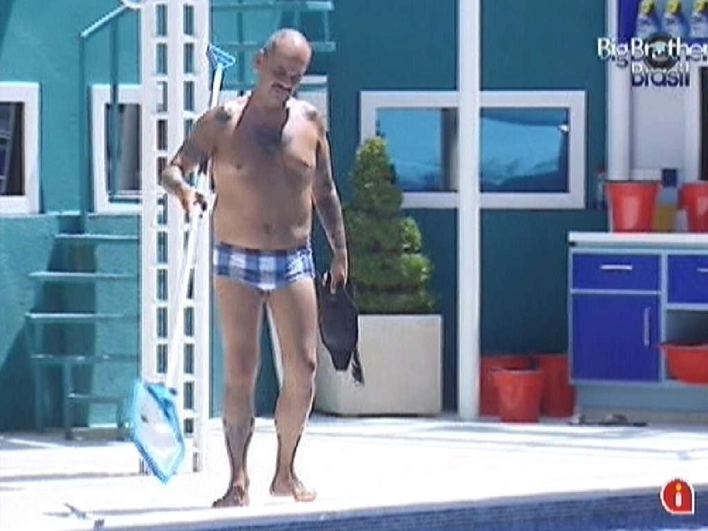 Joo Carvalho limpa a piscina (14/3/12)