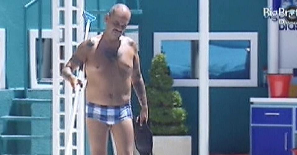 João Carvalho limpa a piscina (14/3/12)