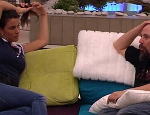 Laisa conversa com Juan no 