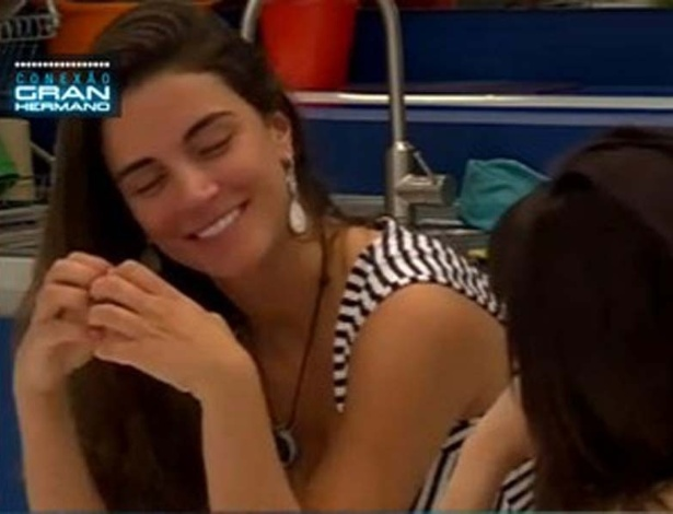 Laisa faz corao com as mos ao lembrar de Yuri (14/3/12)