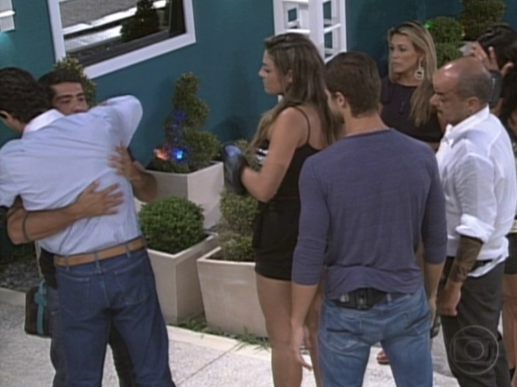 Yuri recebe o abraço de Fael (de costas) antes de sair do