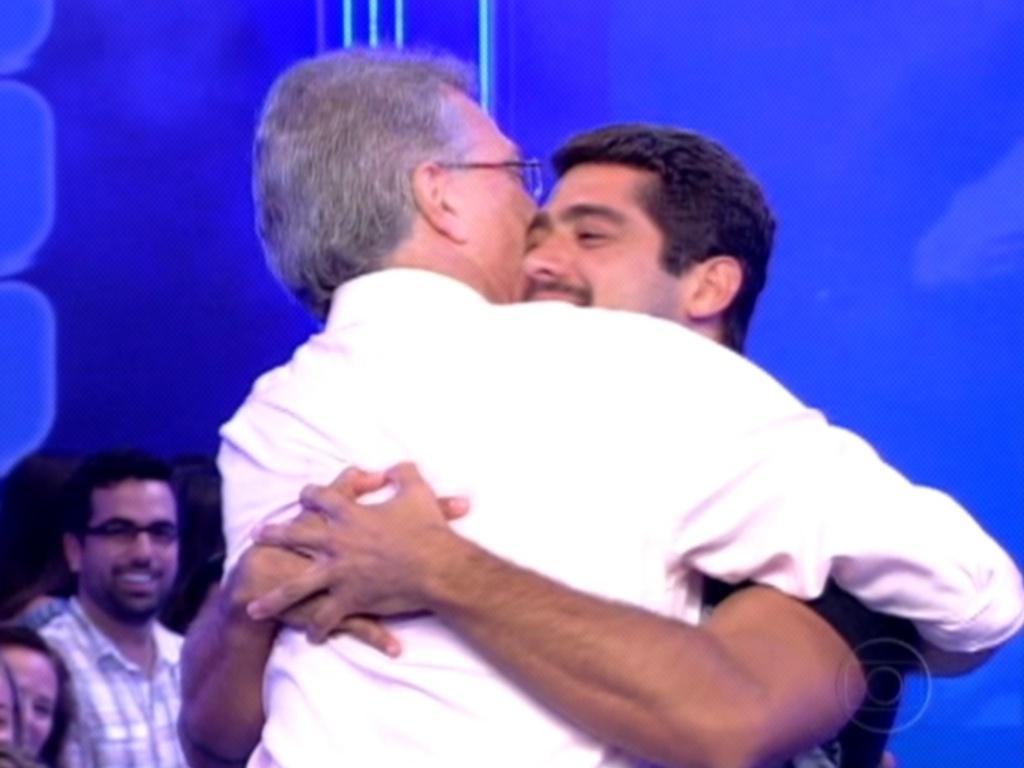 Yuri recebe o abraço de Pedro Bial após ser eliminado do