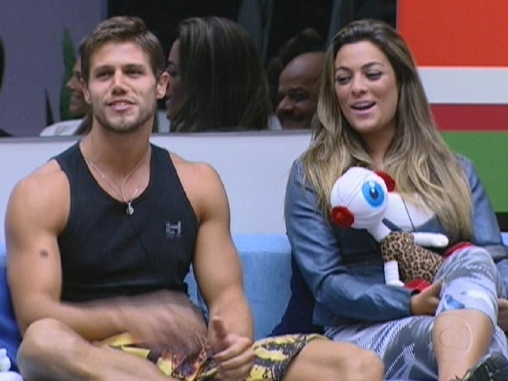 Ao lado de Jonas, Monique comenta sobre a beleza dos