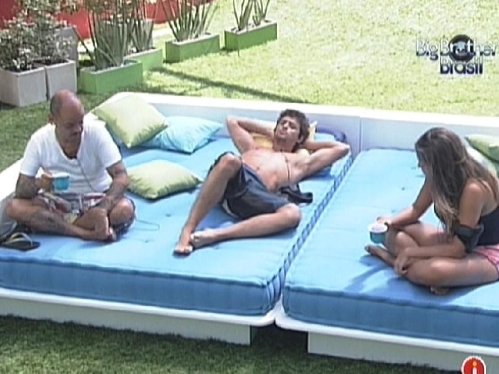 João Carvalho, Fael e Monique conversam na área externa (15/3/12)