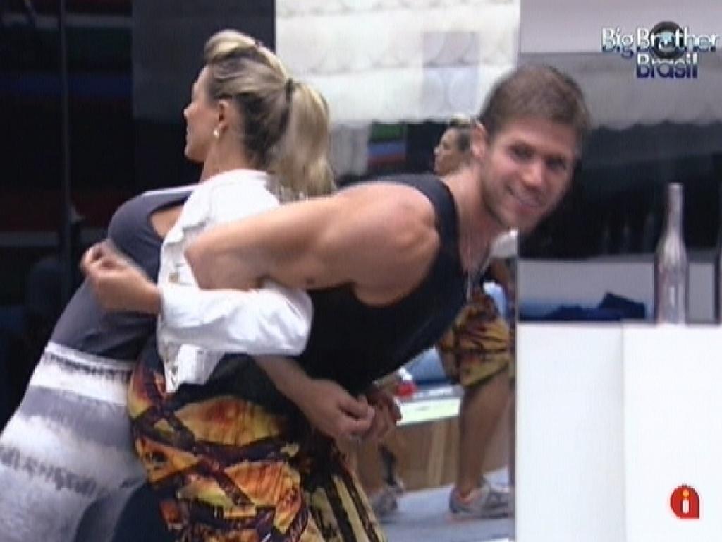 Jonas ajuda Fabiana a alongar as costas enquanto esperam a prova do líder (15/3/12)