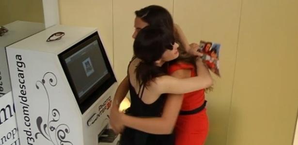 Laisa e Marta se abraçam após imprimirem fotos no último dia da brasileira no reality espanhol (15/3/12)