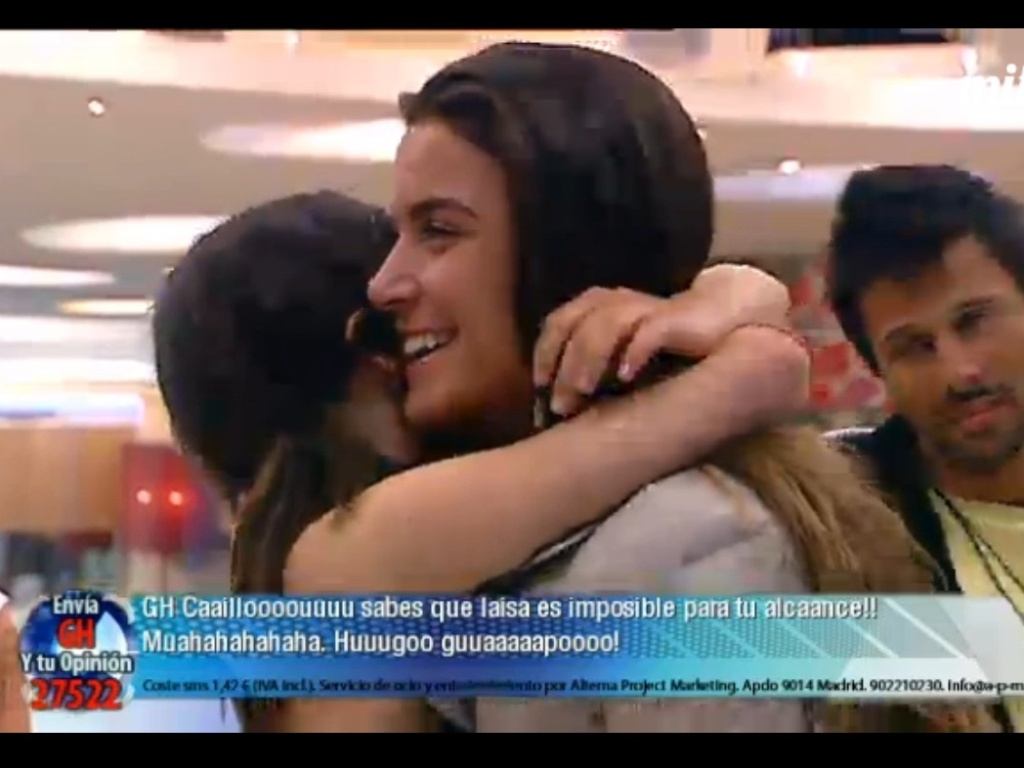 Laisa e Marta se abraam na sada da brasileira do 