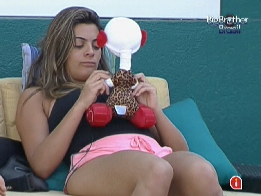 Monique brinca com o boneco do