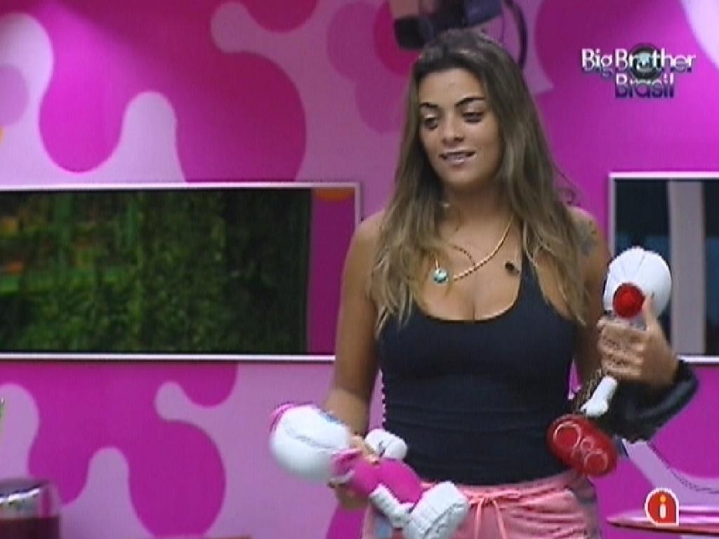 Monique carrega bonecos que brothers receberam da produção (15/3/12)