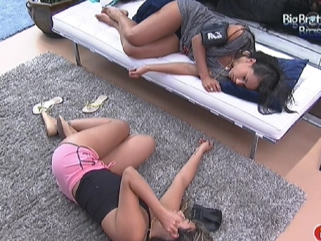 Monique e Kelly conversam enquanto esto deitadas (15/3/12)