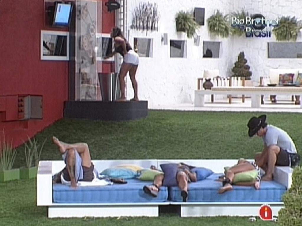 Monique gira manivela para ter água quente enquanto brothers estão deitados no futon (15/3/12)
