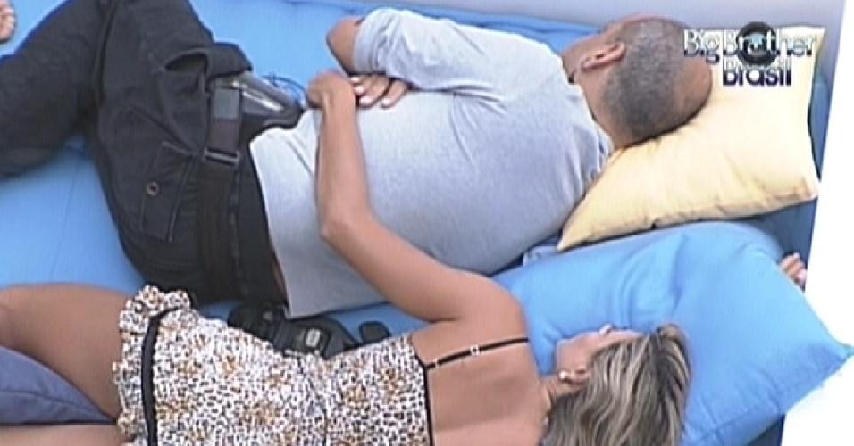 João Carvalho e Fabiana dormem abraçados na área externa (16/3/12)