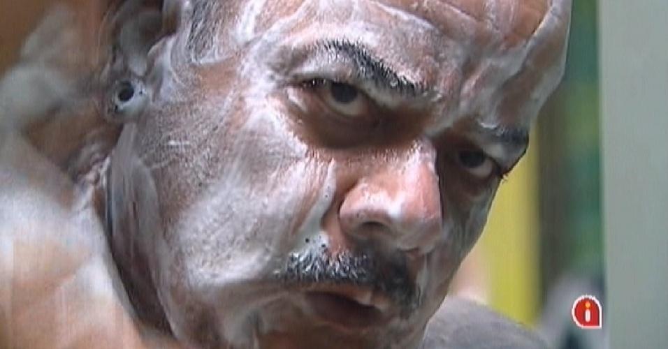 João Carvalho se ensaboa durante o banho desta sexta-feira (16)