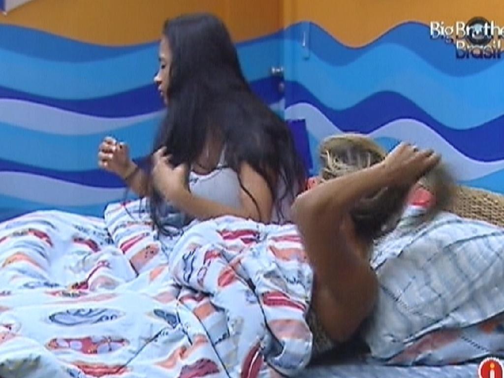 Kelly e Fabiana acordam no quarto Praia (16/3/12)