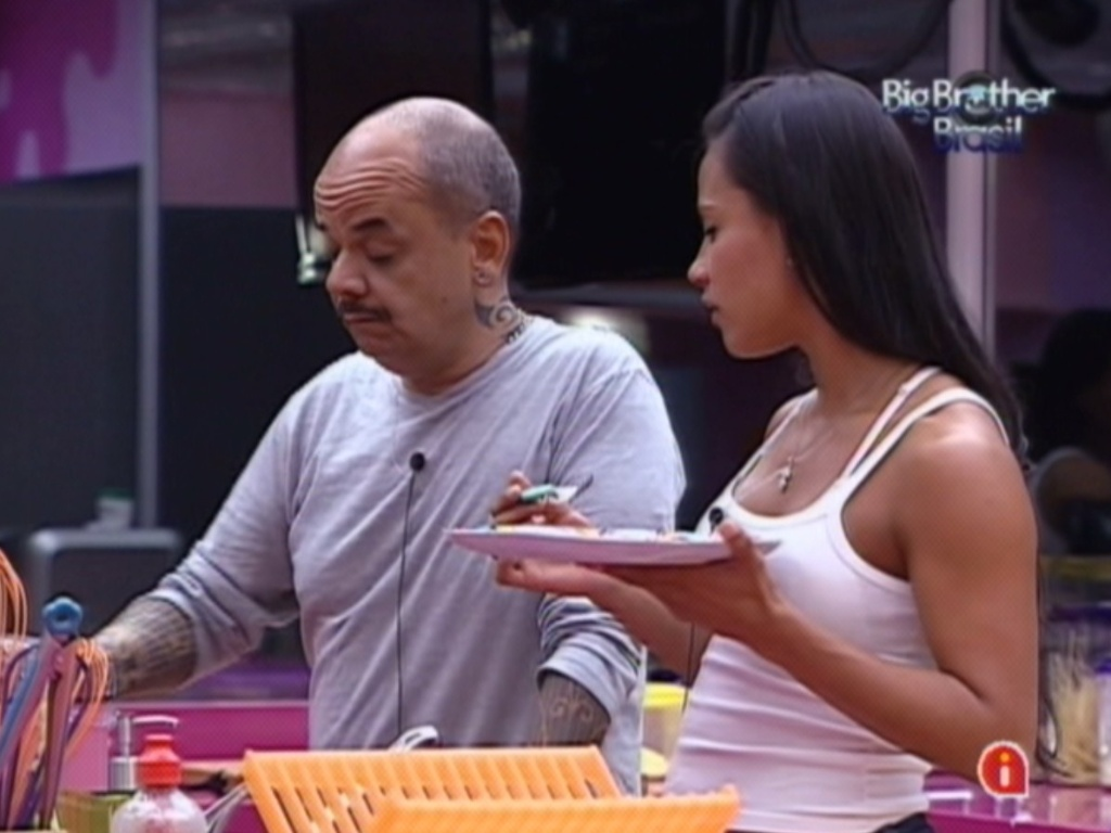 Kelly e Joo Carvalho conversam na cozinha aps prova do lder (16/3/12)