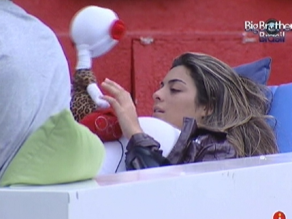 Monique brinca com boneco do rob do 