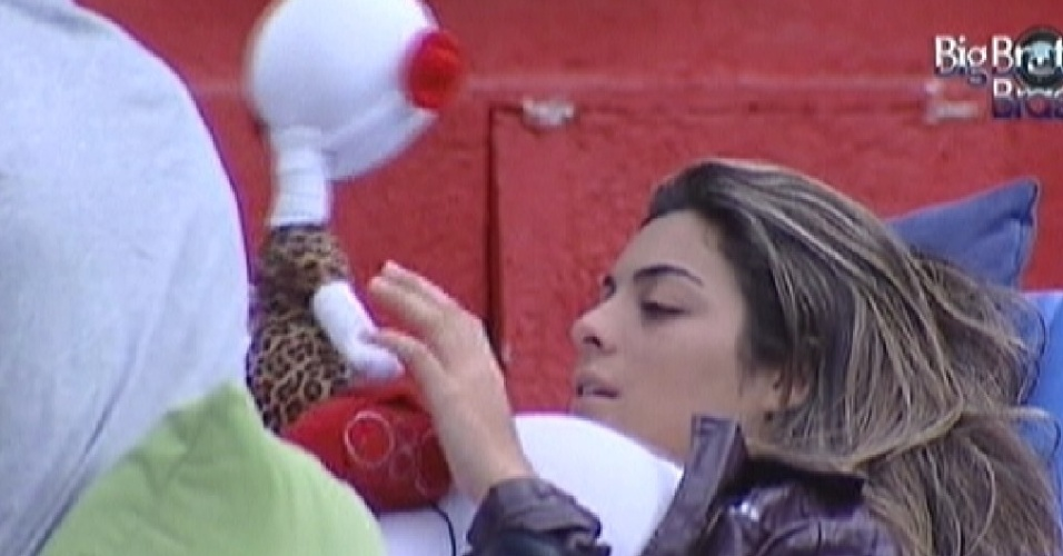 "Monique brinca com boneco do robô do ""BBB"" (16/3/12)"