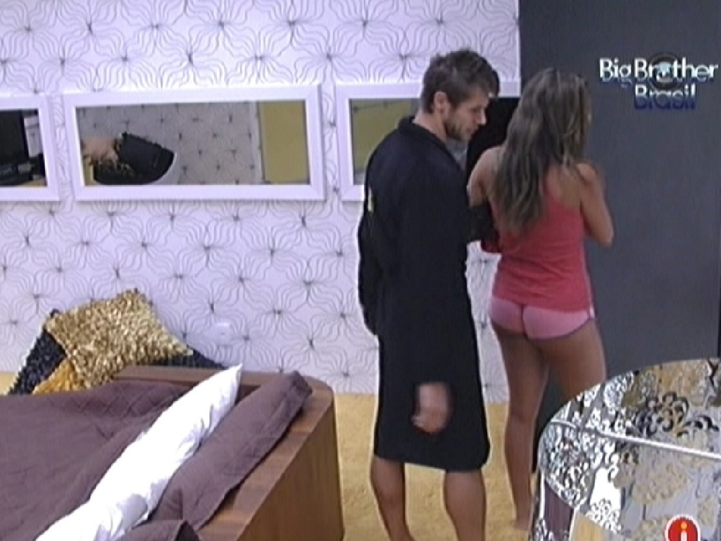 Monique deixa quarto do lder depois de dormir com Jonas (16/3/12)