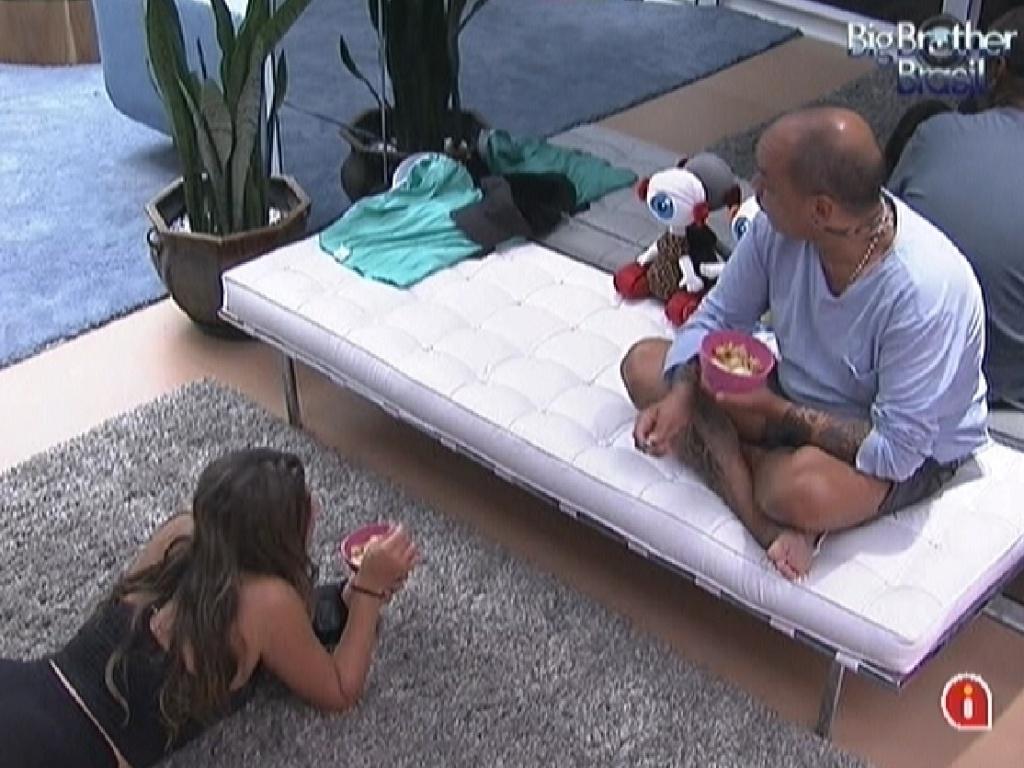 Monique e João Carvalho comem a salada de frutas feita por Jonas (16/3/12)