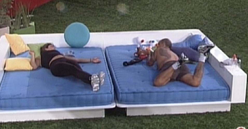Monique e João Carvalho passaram boa parte da tarde deitados e conversando no futon (16/3/12)