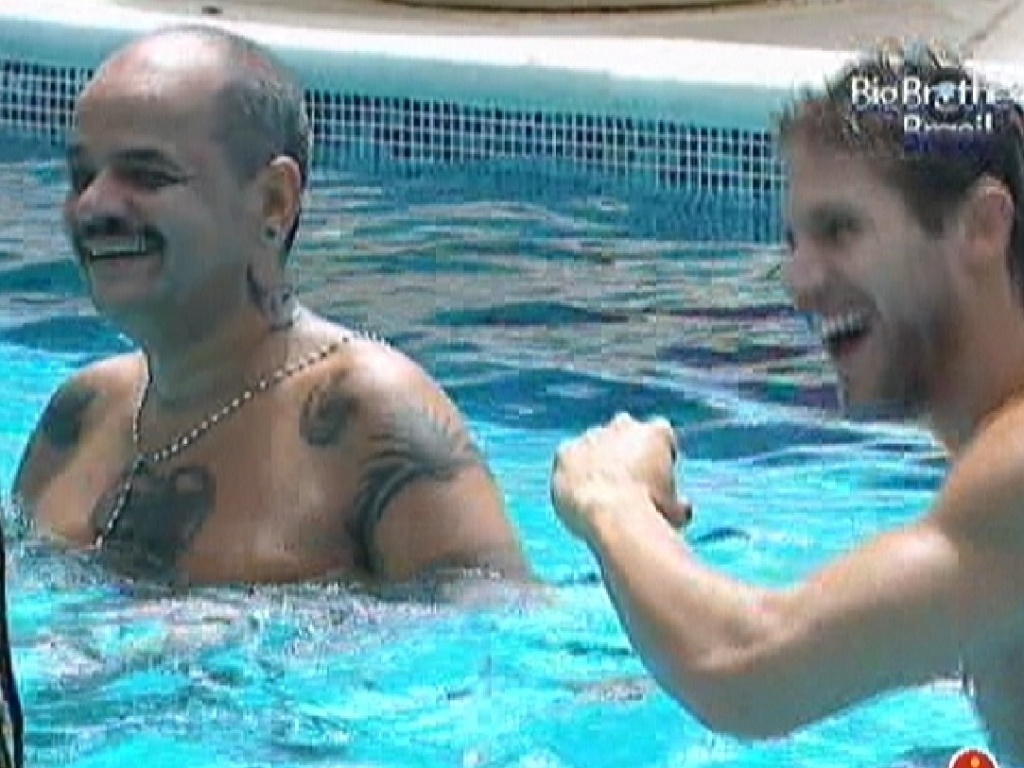 João Carvalho e Jonas curtem festa dentro da piscina (17/3/12)
