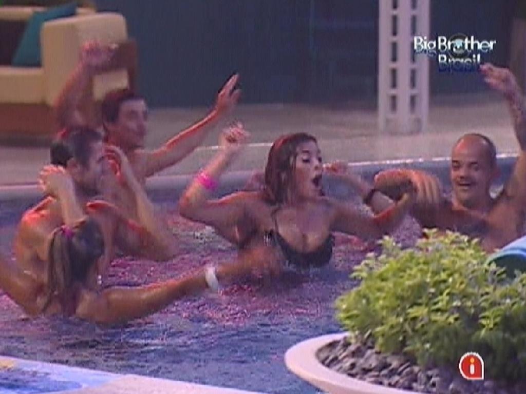 Brothers pulam e dançam na piscina durante a festa Estúpido Cupido (17/3/12)