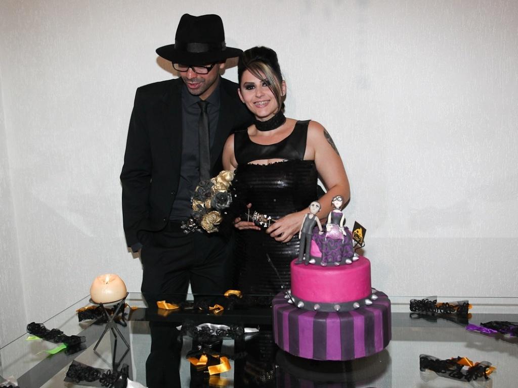 Ex-BBB Mayara posa ao lado do noivo Ruy em sua festa de casamento, em São Paulo (17/3/12)