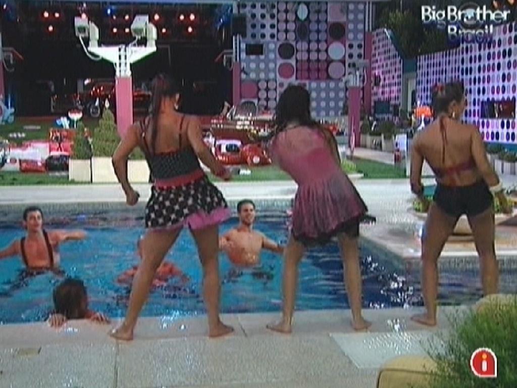 Kelly, Noemí e Fabiana saem da piscina para dançar o
