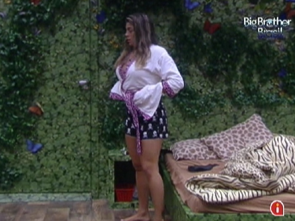 Monique se prepara para dormir sozinha no quarto Selva (17/3/12)