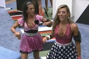 Noem e Fabiana entram na casa para retocar a maquiagem e conversam com Fael (17/3/12)