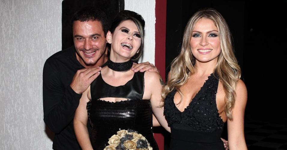 Os ex-BBBs Rafa e Renata (esq.) posam para fotos no casamento de Mayara (centro), em São Paulo (17/3/12)