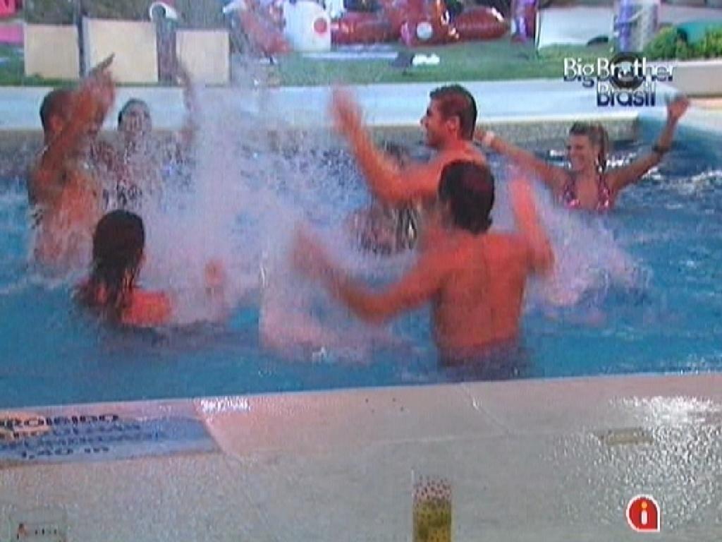 Participantes brincam na piscina neste sábado (17/3/12)