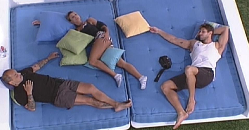 João Carvalho (esq.), Fabiana e Jonas (dir.) conversam deitados no futon azul (19/3/12)