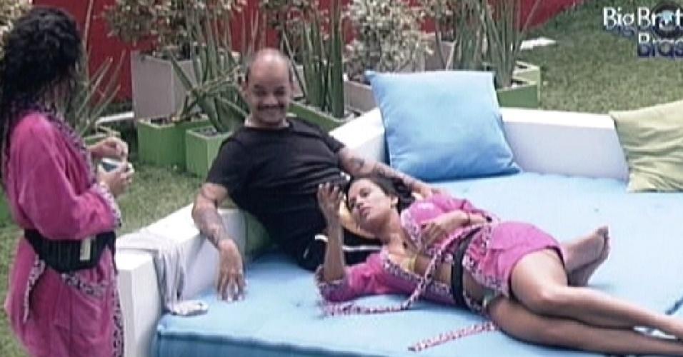 João Carvalho e Kelly falam para Noemí que vão sentir sua falta quando ela voltar para a Espanha (20/3/12)