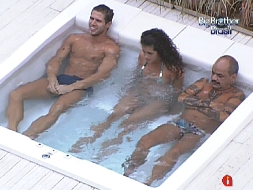 Jonas, Noem e Joo Carvalho aproveitam a hidromassagem (20/3/12)